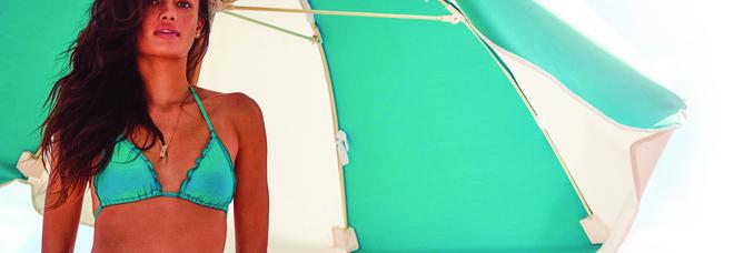 Bikini, caftano e sandali bassi: pezzi facili da mare. Ecco il dress code da spiaggia