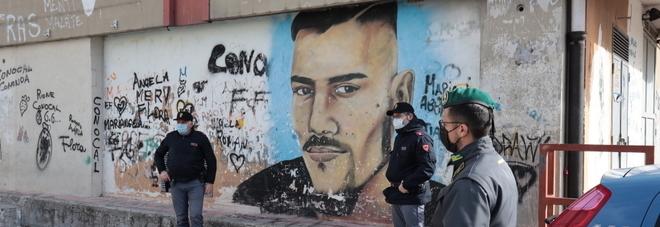 Napoli, cancellati i murales per il pusher Pisellino e il pregiudicato cugino del calciatore