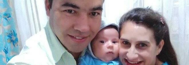 La moglie allatta il figlio, lui avvelena il cibo e uccide entrambi: «Non accettava che lei volesse lasciarlo»