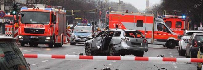 berlino bomba esplode su un 39 auto in centro morto l 39 autista il mattino. Black Bedroom Furniture Sets. Home Design Ideas
