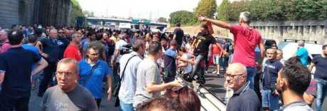 Napoli, la rivolta della Whirlpool: operai in piazza, autostrada bloccata