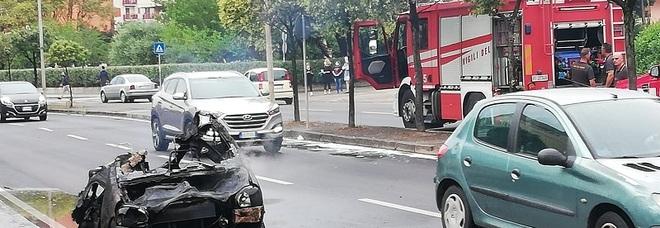 Minicar in fiamme a Battipaglia: due ragazzi salvi in extremis