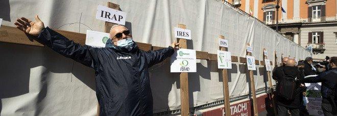 Napoli zona rossa, in piazza gli imprenditori con le croci della sofferenza: «Vogliamo solo lavorare»