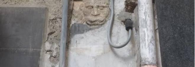 Napoli piazzetta Orefici, cade intonaco e scopre antica maschera