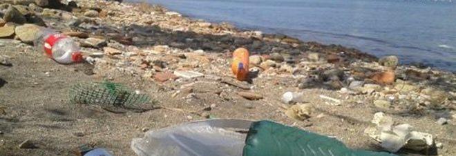 Matrimonio Sulla Spiaggia Bacoli : Bacoli rifiuti e detriti sulla spiaggia dell ex lido