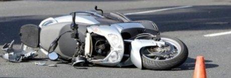 Scontro frontale tra scooter e auto: muore giovane centauro a Napoli