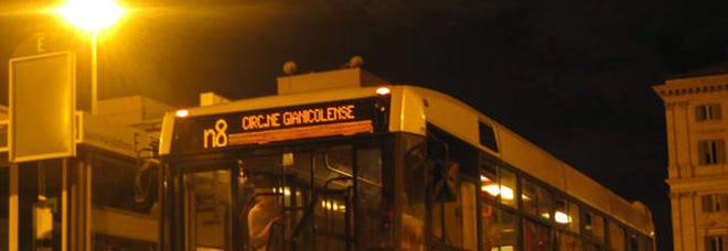 Un bus in servizio di notte