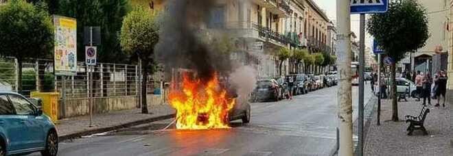 Auto a gas prende fuoco, donna salva per miracolo nel Napoletano
