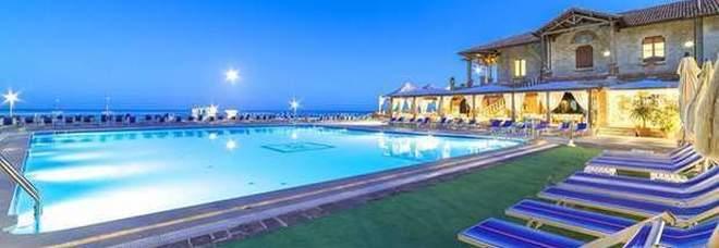 Turismo, tassa Covid negli hotel: chi cancella perde tutto, penali inasprite per le disdette