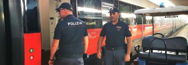 Si masturba davanti a una ragazza sul treno Napoli-Roma: arrestato