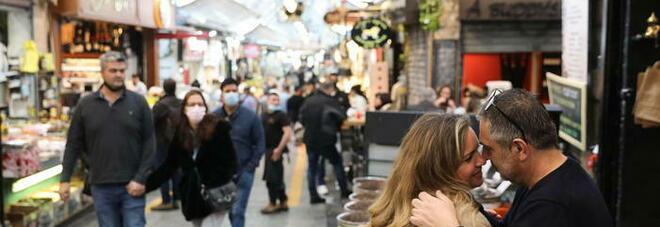 Israele comincia a tornare alla normalità: mascherine non più obbligatorie e festeggiamenti all'aperto