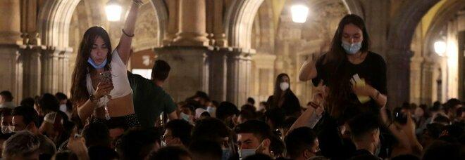 Spagna, senza coprifuoco i giovani tornano in piazza. Ma gli esperti temono boom di nuovi contagi