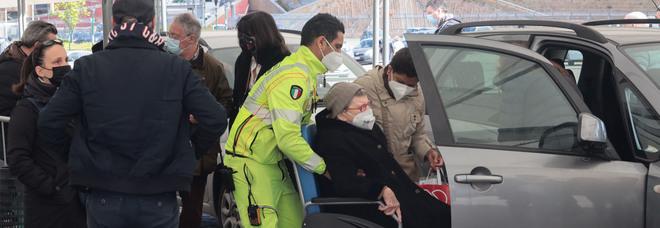 Covid in Campania, oggi 1.358 positivi e 66 morti: l'indice di contagio scende sotto il 10%