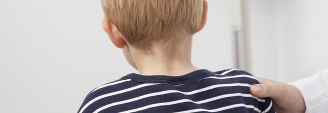 Bimbo di 10 anni veglia la madre morta per un giorno. Poi va dai vicini: «Ha la faccia tutta nera»