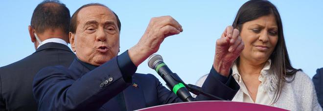 Berlusconi in Calabria non perde il vizio: «Conosco Jole Santelli da 26 anni, non me l'ha mai data. Salvini? Io citofonerei a una bella ragazza» VIDEO