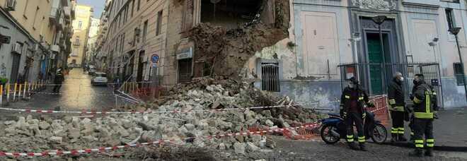 Napoli, crolla la chiesa del Rosariello a piazza Cavour: traffico paralizzato, gente in strada