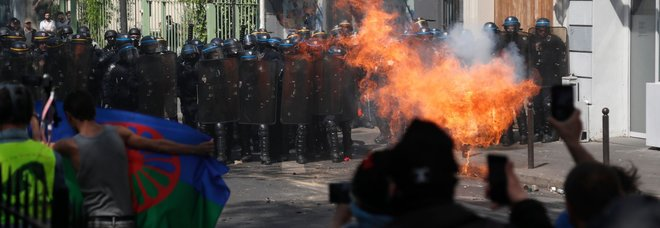 Gilet gialli, tensione nel corteo a Parigi: cassonetti in fiamme alla Bastiglia, 126 fermati