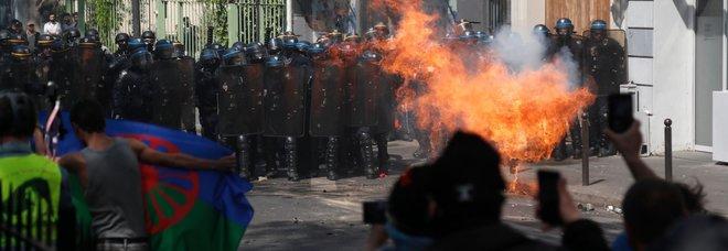 Gilet gialli, scontri a Parigi: 250 fermi Protesta per colletta pro Notre Dame