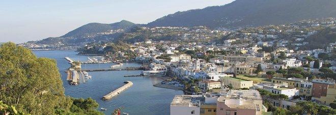 Soggiorni in hotel per evitare i controlli, due arresti a Ischia: c ...