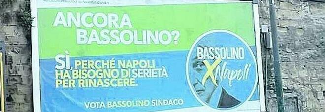 Comunali a Napoli, Bassolino gioca sull'ironia con i suoi manifesti: «Ancora Bassolino?»