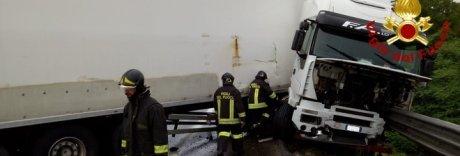 Incidente per un tir sulla Napoli-Bari, gasolio sulla strada e 6 km di code