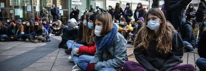 No Dad, studenti in piazza in tutta Italia chiedono di tornare in classe. A Milano occupati altri due licei