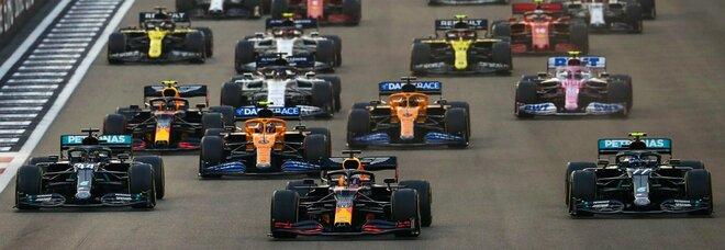 Nella foto, Verstappen ed Hamilton