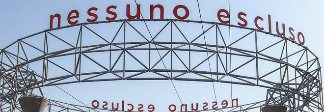 Napoli, «fungo» di via Marina nel caos: «Quella struttura è abusiva»