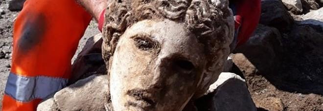 Fori Imperiali, dagli scavi di via Alessandrina riaffiora la testa di una grande statua