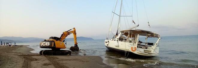 Capaccio Paestum, barca incagliata: via alle operazioni di recupero