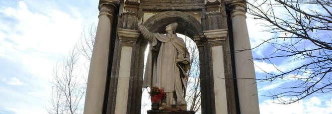 La statua di San Gennaro che ferma la lava sul ponte dei Granili