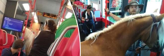 Un cowboy in treno: sale a bordo con il cavallo, ma viene fatto scendere