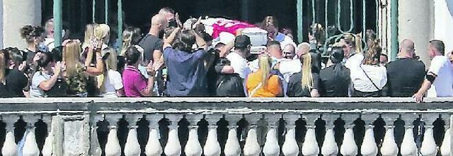 Bambino morto a Napoli, i genitori di Samuele: «Vogliamo la verità, nessuno sapeva della malattia di Mariano»