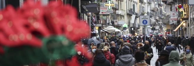 Napoli, shopping di Natale e controlli: volti e voci della festa dell'Immacolata