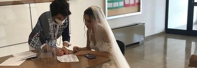 Insegnante in abito da sposa firma l'assunzione il giorno delle nozze: la foto di Carmela è virale
