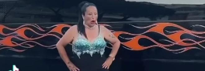 Napoli: spettacolino trash per il video della tiktoker, traffico caos sul lungomare