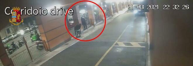 Napoli, rider accoltellato per un ordine «rubato» tra colleghi: arrestato 30enne