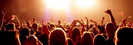 Violenza al concerto della Tatangelo, 56enne palpeggia due minorenni