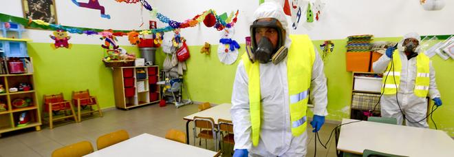 Scuole chiuse per virus, davanti al metrò del Vomero una folla di ragazzini. Ma i genitori non hanno capito niente?