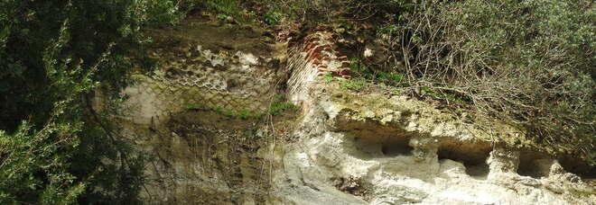 Campi Flegrei, frana il costone, spuntano rovine romane a Baia
