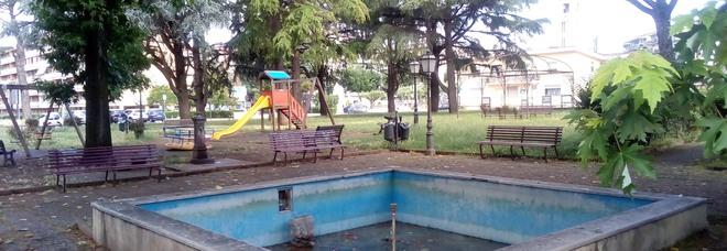 Caserta, la fontana ad alto rischio: il «fosso» trappola per i residenti