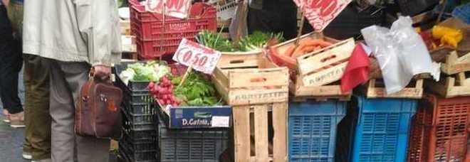 Virus, altro che sicurezza e igiene: alla Pignasecca continua la vendita di alimentari in strada