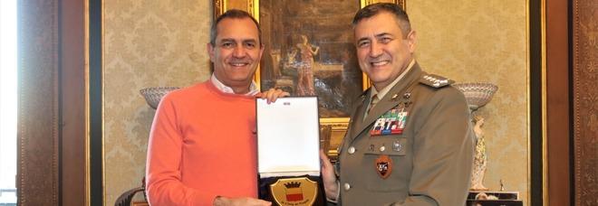 Il sindaco di Napoli de Magistris riceve il generale Vittiglio, nuovo comandante Nato a Lago Patria