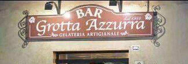 «Due ragazze cacciate per un bacio», bufera sulla gelateria di Roma