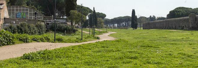 Ragazzo di 16 anni morto in un parco ad Acilia, la mamma: «Lo ha rincorso un folle con un'ascia»
