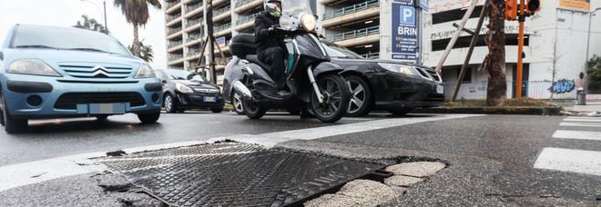 Napoli, lavori sbagliati in via Marina: i tombini sprofondano, Comune diffidato