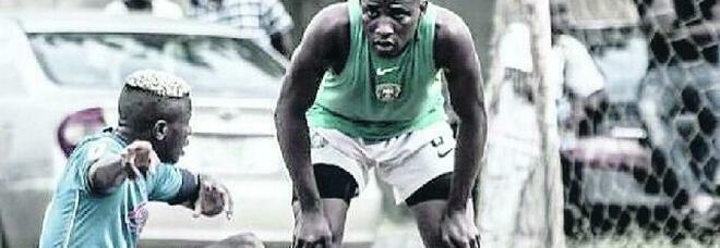 Osimhen gioca tra le baracche: Victor è il volto felice del calcio