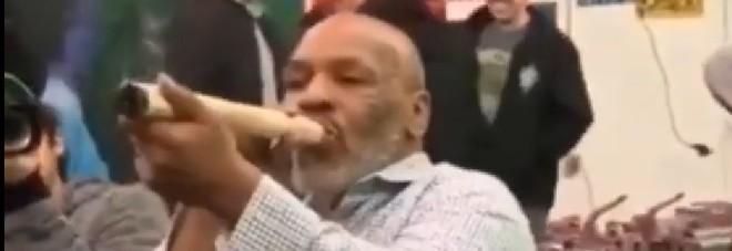 Mike Tyson fuma la sua marijuana, lo spinello è di dimensioni extralarge