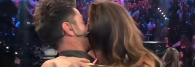 Amici Celebrities, i finalisti: Filippo Bisciglia e Pamela Camassa si baciano per la gioia