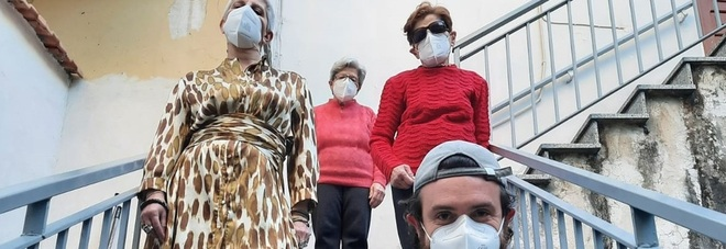 Covid Campania, dopo il tribunale giudice accompagna anziani a fare il vaccino